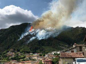 """Boschi in fiamme a Tremosine, Alto Garda bresciano – foto Facebook """"Tremosine sul Garda, uno dei più bei borghi d'Italia"""""""