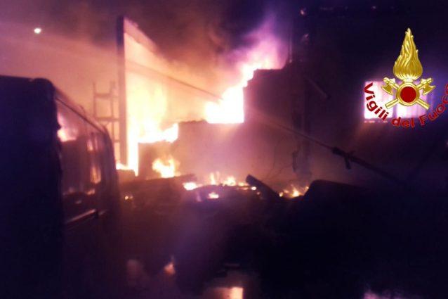 L'incendio a Parabiago, uno dei tre roghi divampati questa notte tra Milano e l'hinterland