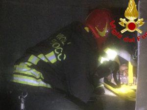 I vigili del fuoco impegnati nelle operazioni di salvataggio al centro commerciale di Sesto San Giovanni (Milano)