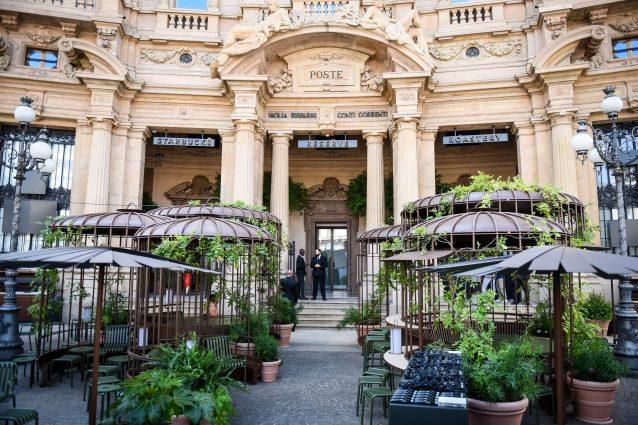 Milano, primo giorno per Starbucks: tutti in coda per il caffè