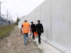 Un tratto del muro anti spaccio a Rogoredo (LaPresse)