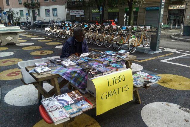 Nonno Gianni al suo stand in piazza Dergano (Foto di Simone Lunghi)