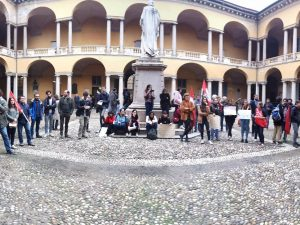Pavia, il ministro Centinaio all'inaugurazione dell'anno accademico: la protesta degli studenti
