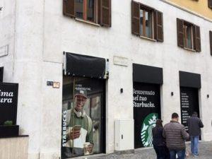 Le vetrine del nuovo Starbucks di Corso Garibaldi – Foto Facebook