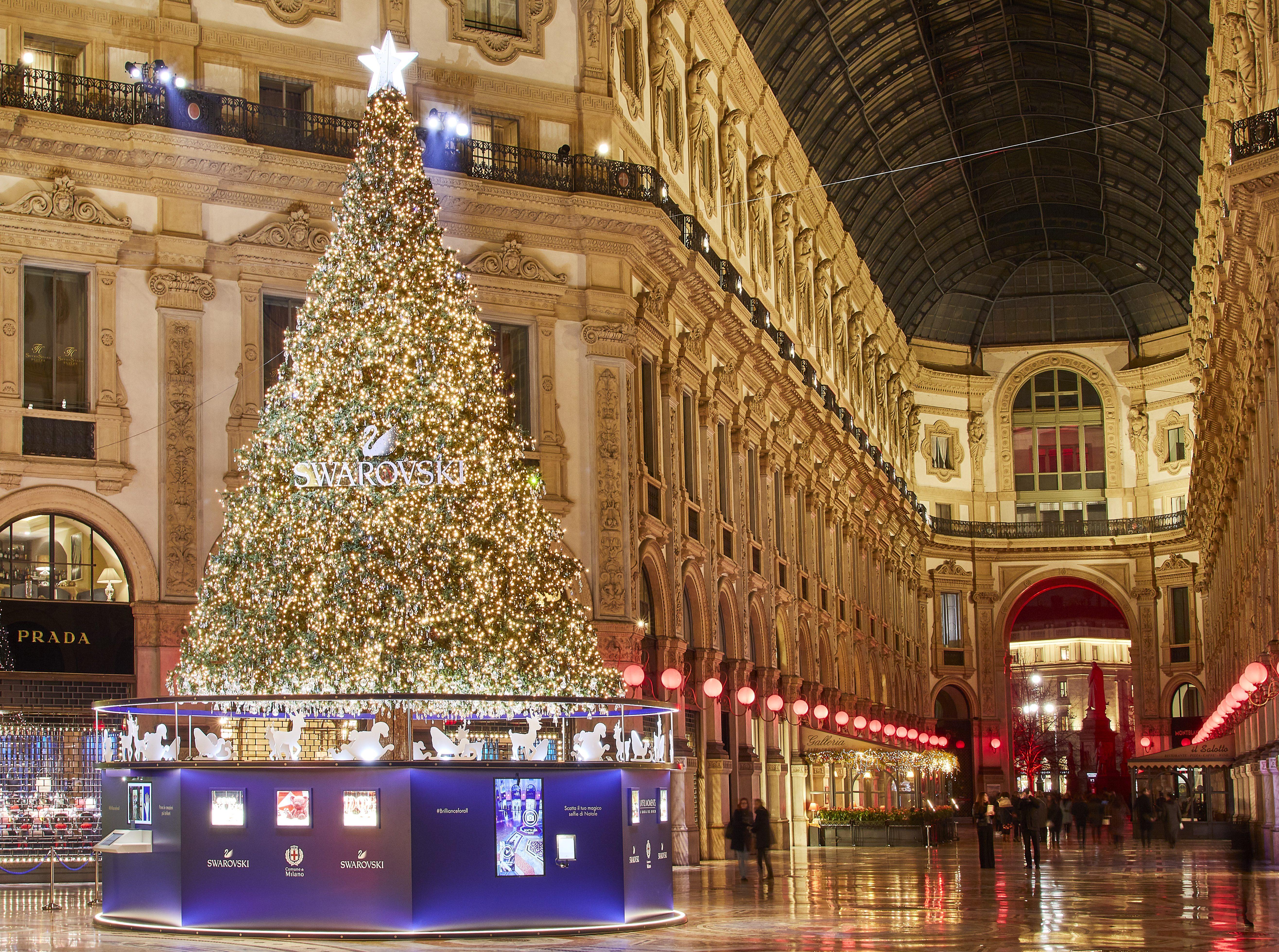 Albero Di Natale Milano.Milano Belen Rodriguez Accende L Albero Di Natale Swarovski La Cerimonia Martedi 4 Dicembre