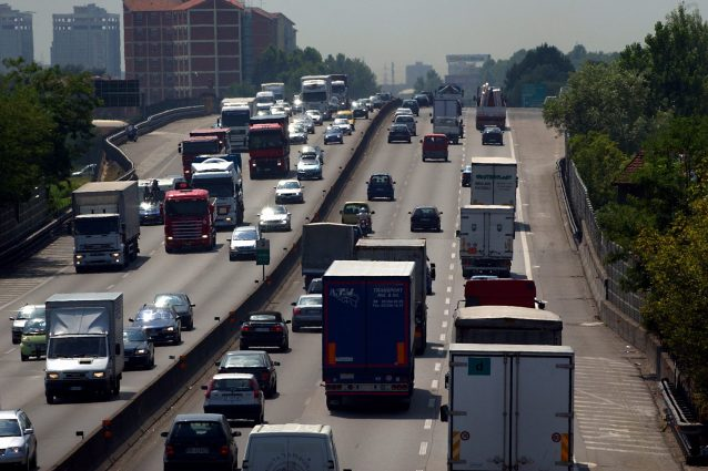 Milano, incidente sulla Tangenziale ovest: 5 feriti, lunghe