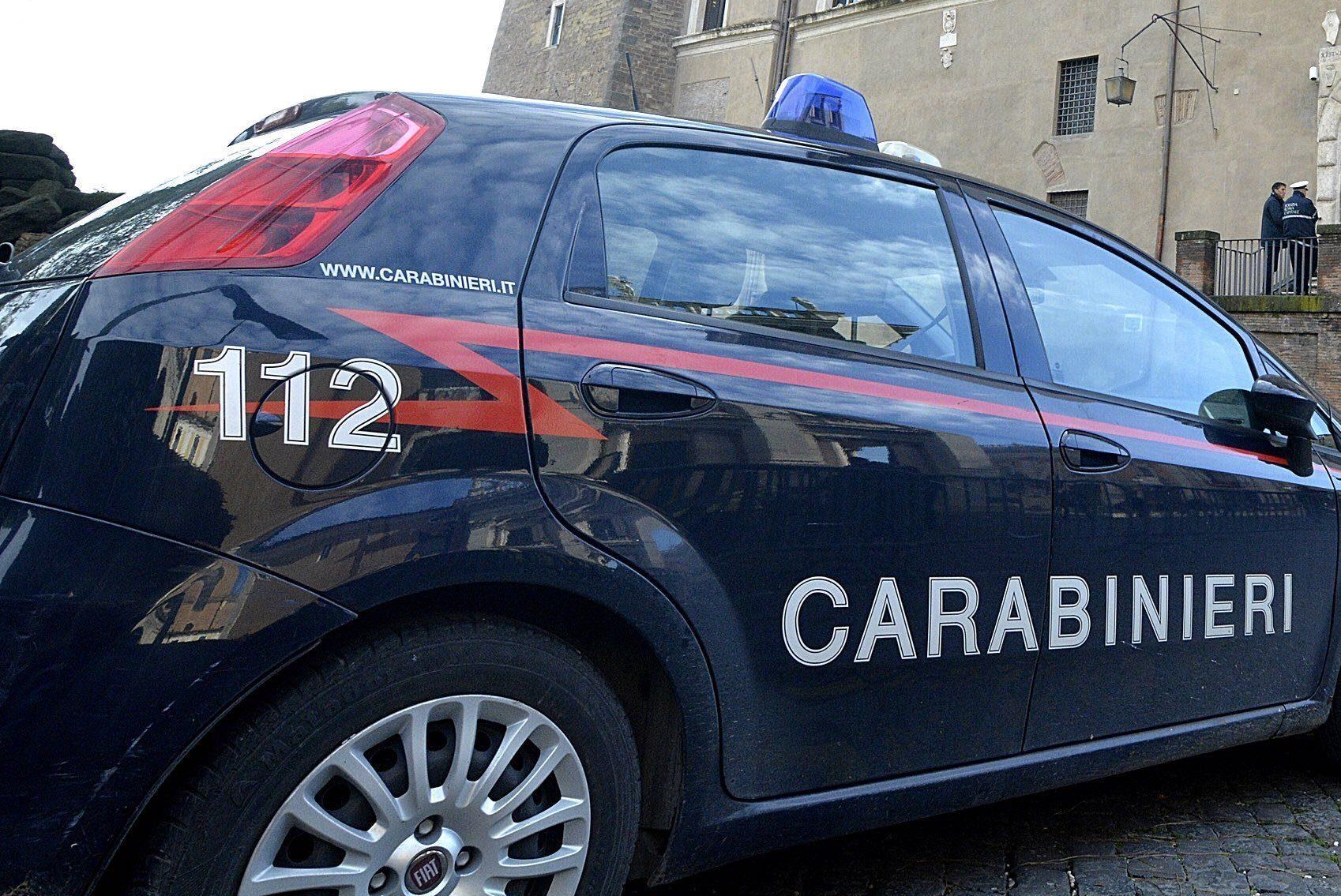 Tragedia ad Alzate Brianza: anziano precipita dal balcone di casa, morto sul colpo - Milano Fanpage.it