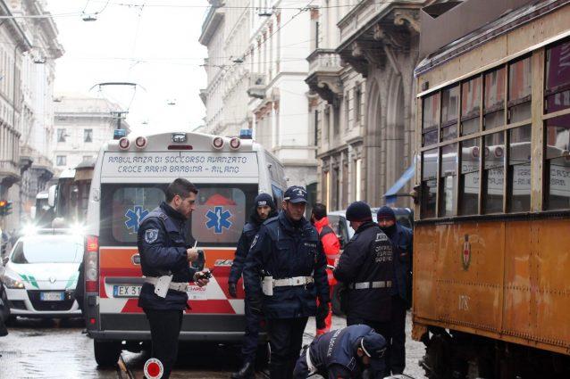 Milano, incidente tra auto e tram in via Bramante: ferita un
