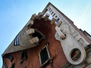 A Milano l'edificio che si apre con una zip
