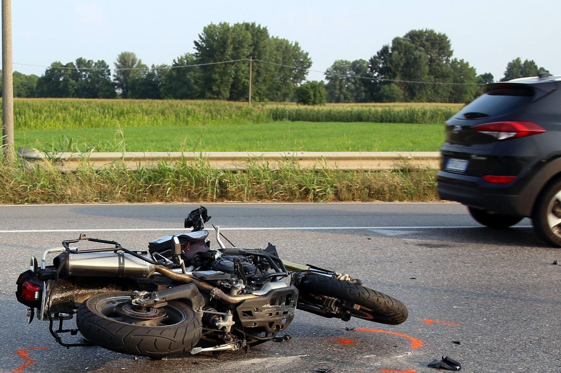 Incidenti a Carpiano e Lacchiarella: motociclista ucciso da un furgone pirata, grave un 15enne - Milano Fanpage.it