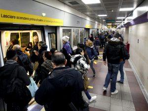 Milano, metro aperta 24 ore su 24 nel weekend e ragazzi grat