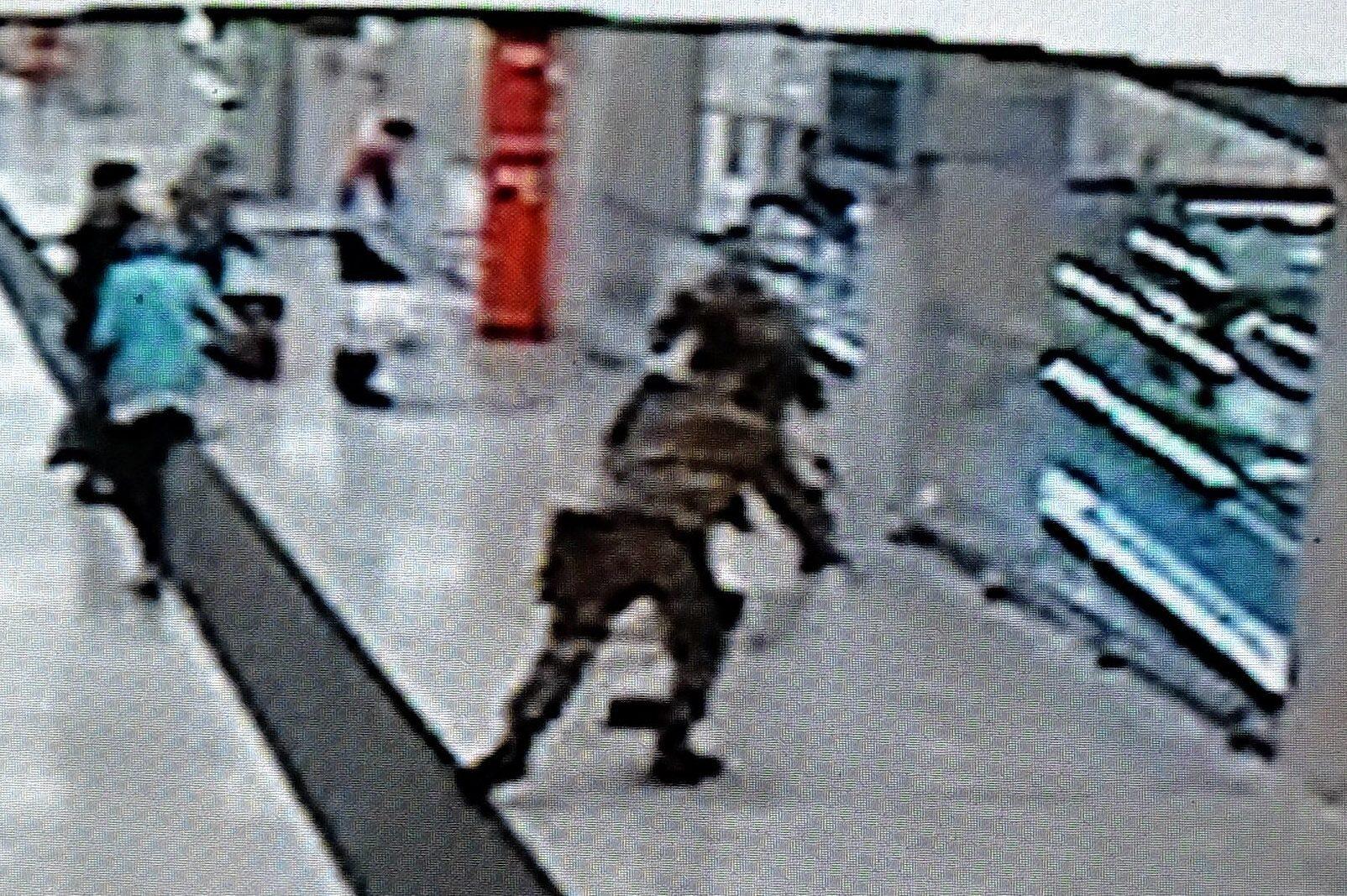 Sesto San Giovanni, a torso nudo e armato semina il panico in stazione, poi si accoltella - Milano Fanpage.it