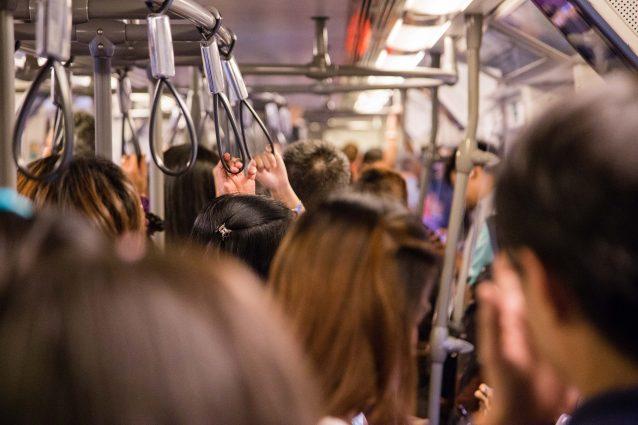 Milano |  si finge in difficoltà per molestare le ragazze sull'autobus |  arrestato 40enne