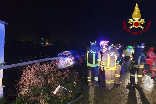 Copiano, auto finisce fuori strada: feriti cinque ragazzi, u