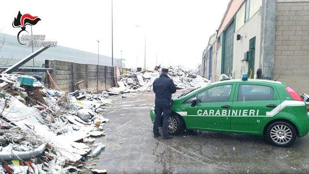 Rho, sequestrata discarica abusiva: nell'area rifiuti brucia