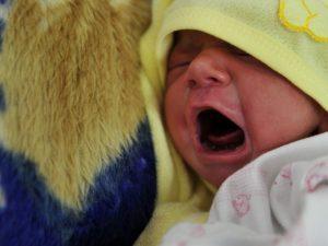 Monza, non riesce a dormire per il pianto del neonato: 76enn