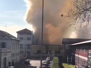 Vasto incendio a Monza vicino a una scuola: alta colonna di