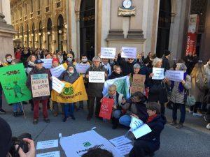 Smog, a Milano flashmob degli ambientalisti per protestare contro le porte ...