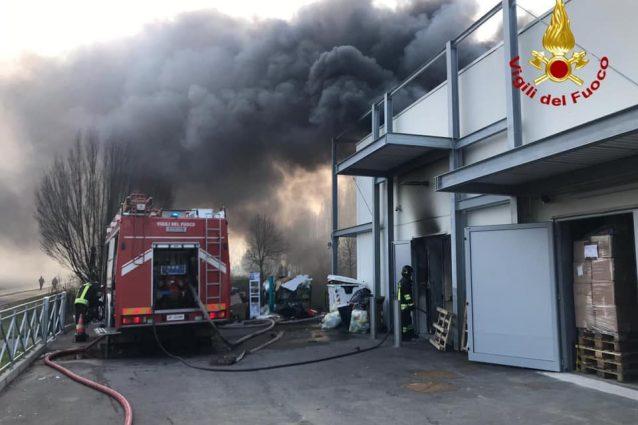 Abbiategrasso, incendio nel magazzino di Acqua e Sapone: due