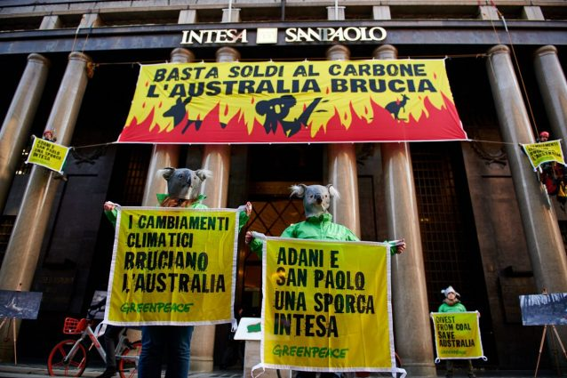 """Milano, blitz di Greenpeace alla sede di Intesa Sanpaolo: """"B"""