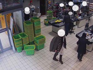 Milano, armato di pistola rapina un supermercato e fugge: in