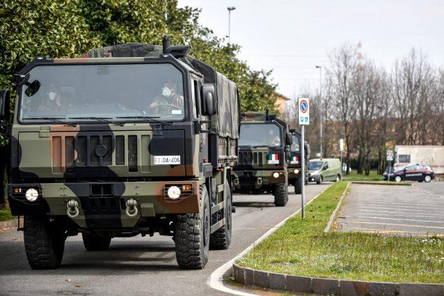 Coronavirus, i camion dell'esercito trasportano decine di ba
