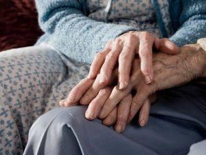 Anziani, le morti silenziose nelle case di riposo: in Lombar