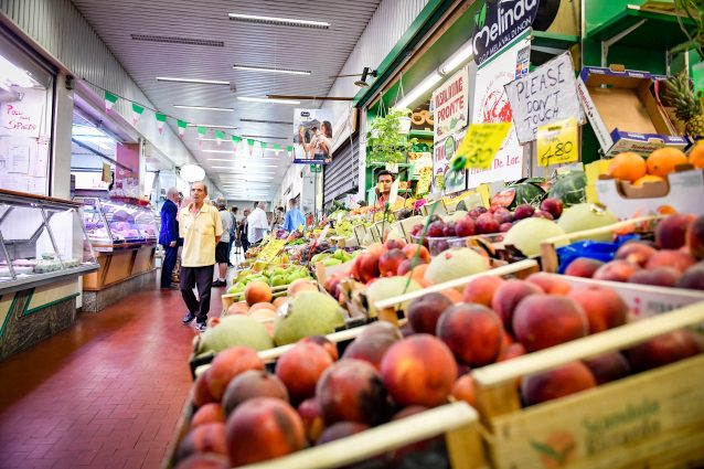 """In Lombardia riaprono i mercati coperti: """"Regole anti corona"""