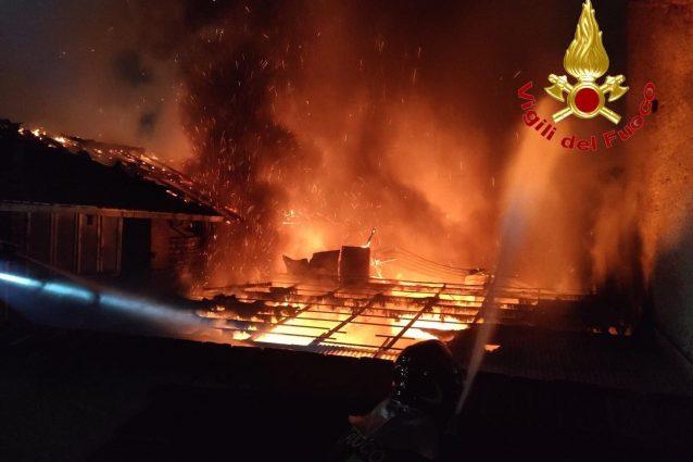 Violento incendio a Caronno Pertusella, le fiamme distruggon
