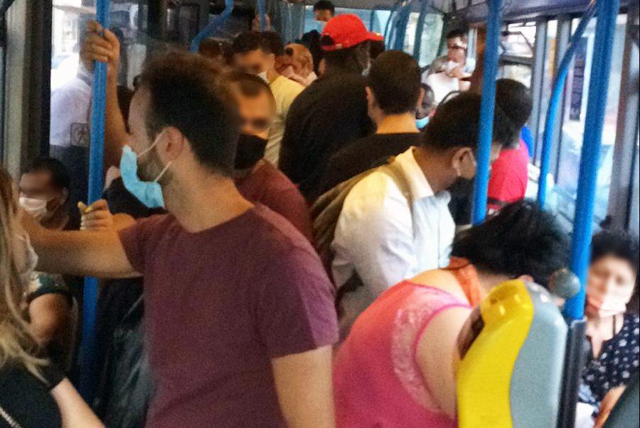 Coronavirus Napoli, bus e treni troppo affollati: litigi e risse a bordo