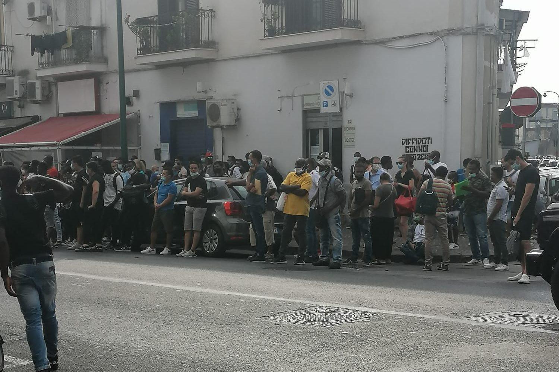 Questura Napoli, ancora centinaia in fila all'ufficio ...