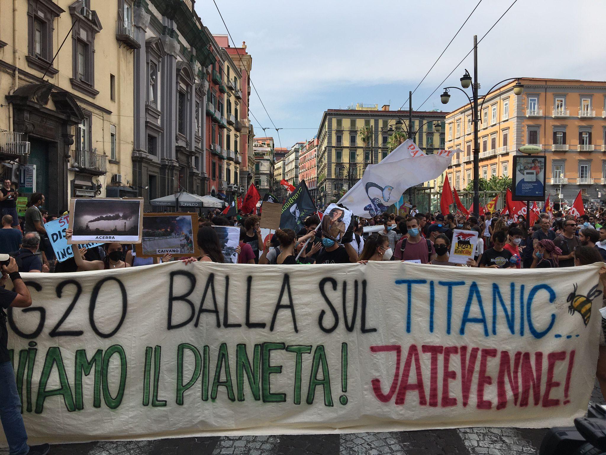 G20 Napoli, migliaia di attivisti in corteo, gavettoni contro la polizia in  piazza Borsa