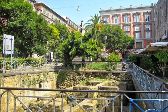 Piazza Bellini, dal lato delle Mura Greche