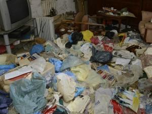 Casa sommersa dai rifiuti (foto di repertorio)