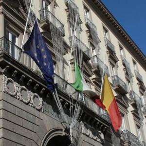 La bandiera a mezz'asta esposta a Palazzo San Giacomo, a Napoli.