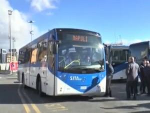 Salerno, arriva il controllore sull'autobus: immigrati sfondano le porte e scappano