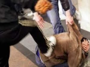 Rissa a colpi di casco per motivi di viabilità: in manette 3 ragazzi alla Pignasecca