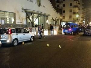 Fuorigrotta, volante della polizia crivellata di colpi: ferito un agente