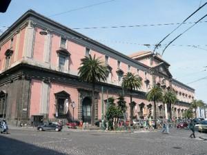 L'ingresso del Museo Archeologico Nazionale di Napoli