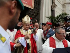 l cardinale Sepe davanti al Duomo mostra la teca di San Gennaro