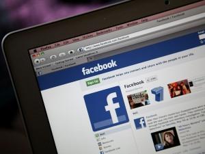 Falsi profili Facebook per adescare ragazzini: arrestato un 30enne