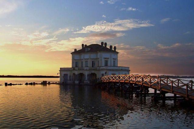 Visitare la casina vanvitelliana passeggiata romantica for Casetta sul lago