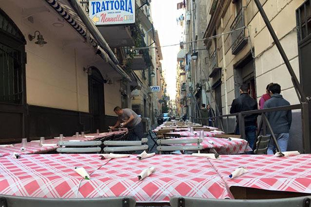 Ingresso della Trattoria Nennella a Napoli