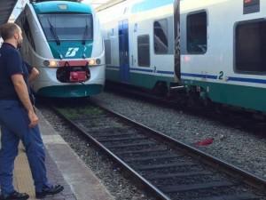 15enne ubriaco sui binari rischia di essere investito dal treno: lo salva la polizia