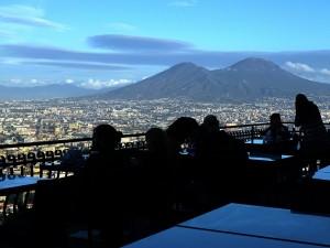 Pasqua, migliaia di turisti affollano Napoli. Ma gli ambulanti sono ovunque