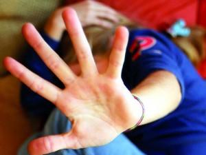 Abusi sessuali sui tre figli di 14 e 17 anni: in manette la madre e il suo compagno