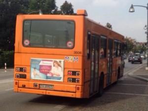 Rione Alto, l'autista sviene, il bus Anm tampona le auto. Non ci sono feriti