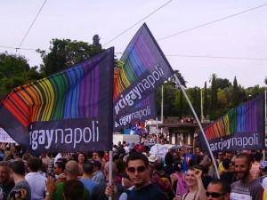 Bandiere dell'Arcigay Napoli a una manifestazione