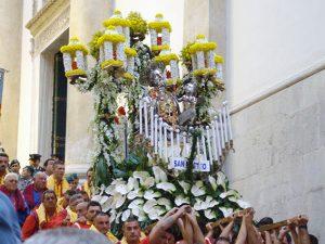 La statua di San Matteo in processione dal Duomo di Salerno