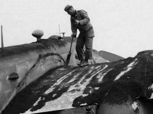 Un soldato alleato a Napoli dopo l'eruzione del Vesuvio del 1944